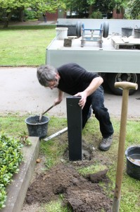 Installation der Granit-Stele
